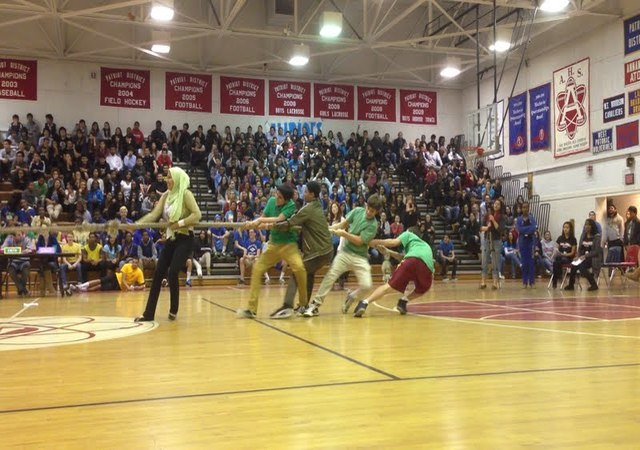 Freshmen+compete+during+tug+of+war+against+the+sophomores.