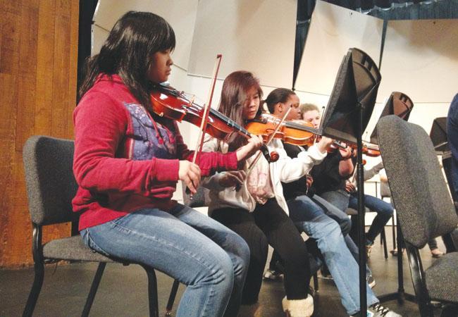 Violinists+senior+Julia+Dao+and+junior+Tiffany+Do+rehearse+%E2%80%9CKorean+Folk+Tune%2C%E2%80%9D+arranged+by+Richard+Meyer.