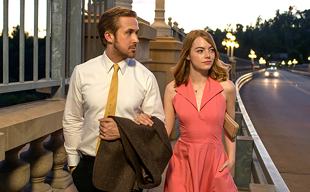 Ryan+Gosling+%28Sebastian%29+and+Emma+Stone+%28Mia%29+walking+home+after+one+of+their+dates.