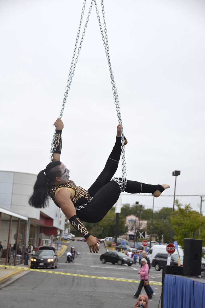 Rocking+the+rope%2C+this+man+from+Monarca+in+Flight+Aerial+Arts+Studio%2C+dangles+by+metal+chains+as+he+performs+a+dance+using+only+his+body+as+the+chains+are+wrapped+tightly+around+his+legs.
