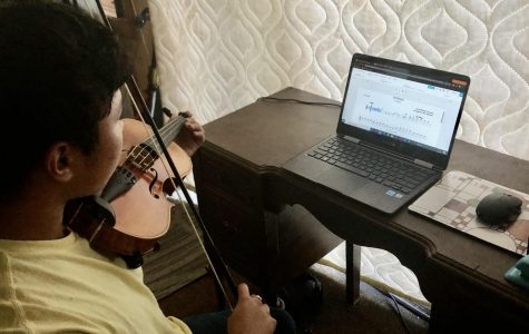 Junior Jinho Yoo-Rodriguez plays his violin in class.