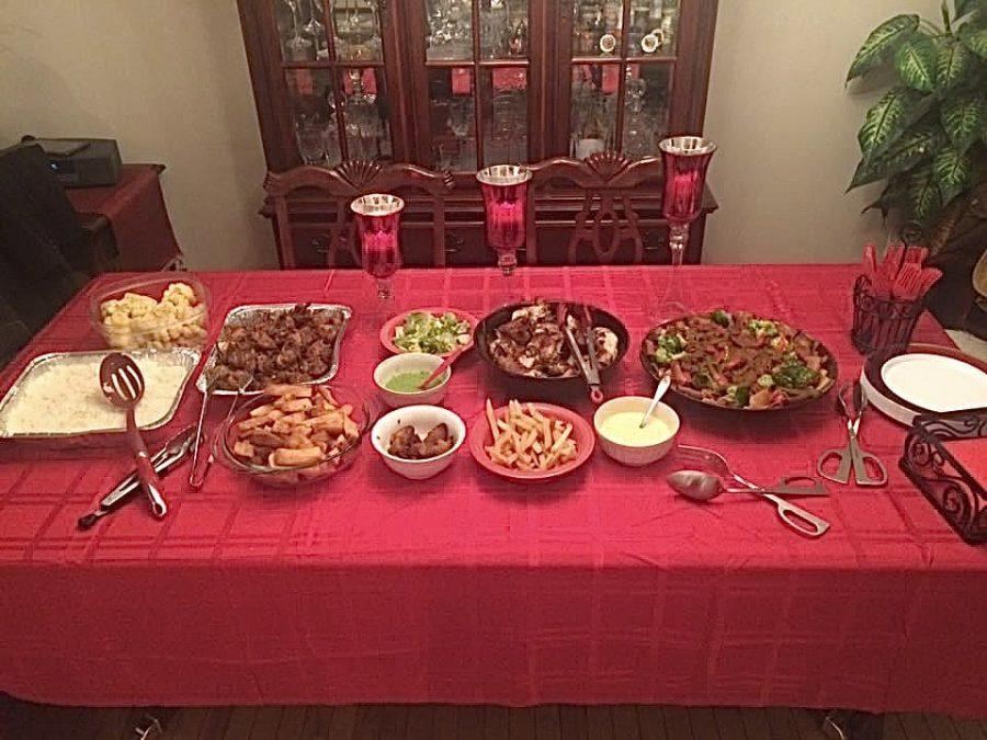 Esta imagen muestra una mesa llena de comida para el Día de Acción de Gracias, la comida varia del típico americano, puré de papa, ha los platanitos hispanos.