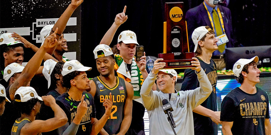 Baylor+head+coach+Scott+Drew+hoists+the+National+Championship+Trophy+after+defeating+%231+seed+Gonzaga.%0A