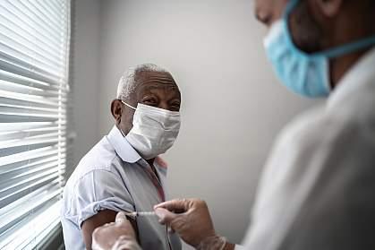 En la foto que acompaña este articulo, el hombre que es mayor de edad esta siendo vacunado encontra el COVID-19 para un  ensayo clinico que pruenbe la seguridiad de injectar vacunas desarrollado por la NIH y la empresa de biotecnología Moderna es seguro y eficaz. Los resultados impactaran las vidas de muchas personas y ayudaran a combatir esta pandemia.